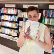 Sandra Helfenritter mit dem Buch Wie der Kater und die Maus trotzdem Freunde wurden